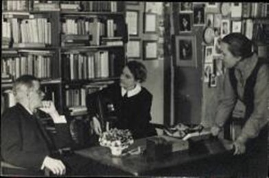 1024px -james _joyce _with _sylvia _beach _at _shakespeare __co _paris _1920